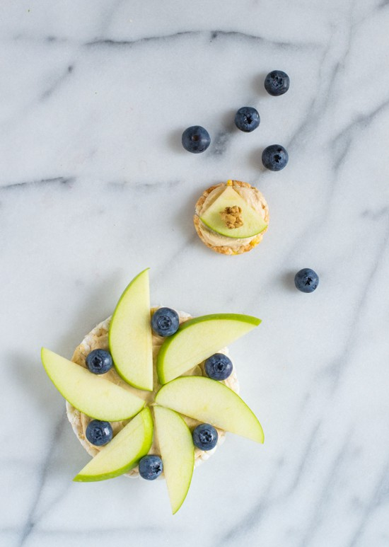 Healthy Fruit Pizzas with Peanut Butter Yogurt Dip. The perfect after school snack!