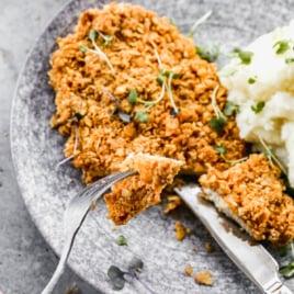 Pollo asado al horno.  Pollo al horno con suero de leche que sabe frito, ¡pero no lo es!
