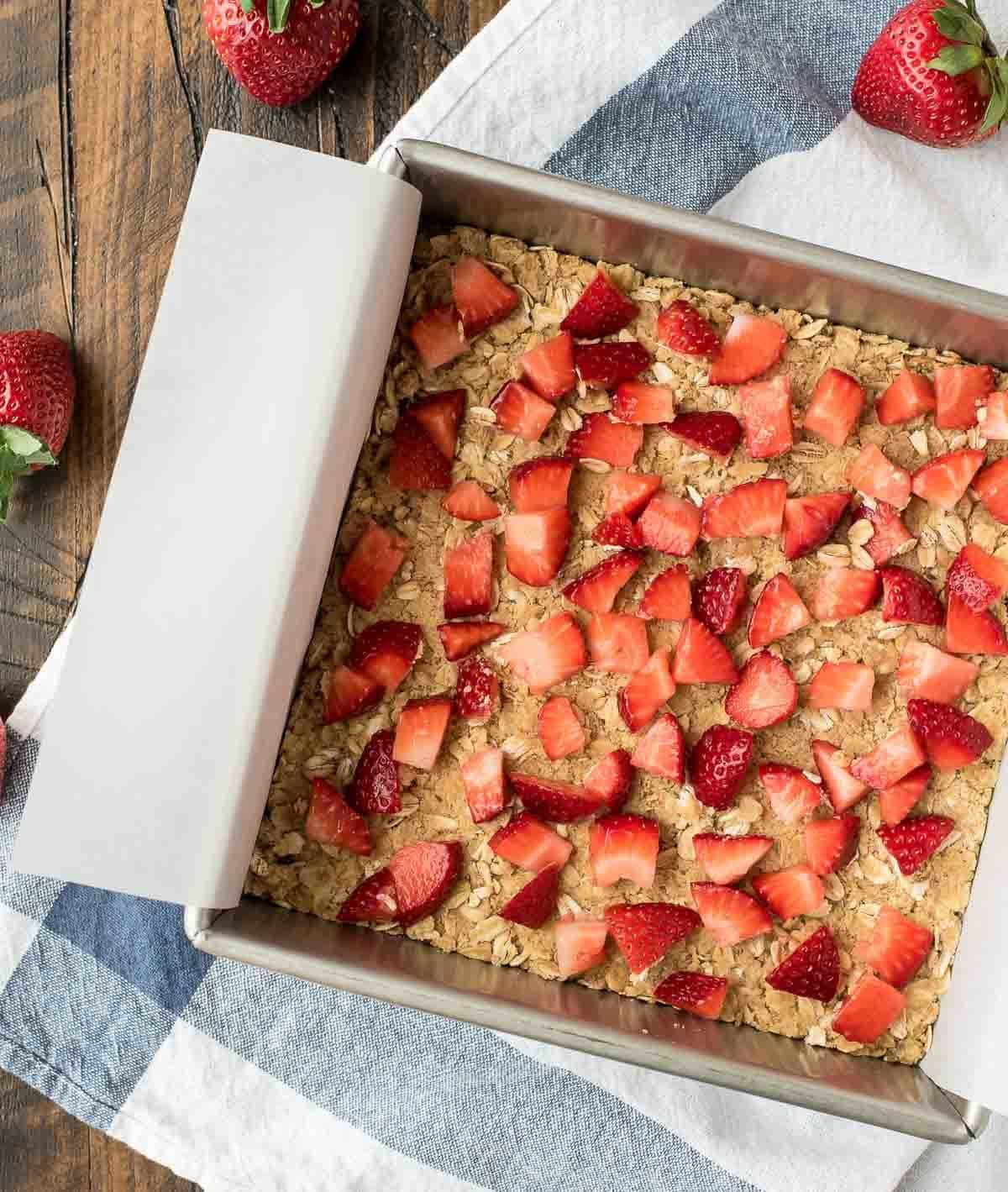 These Fresh Strawberry Oatmeal Bars couldn't be easier or more delicious! With a buttery crumb topping, sweet strawberry filling, and warm vanilla glaze, they are perfect for a snack or potluck. @wellplated