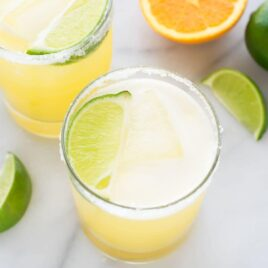 This is the BEST Skinny Margarita! Made simply with just fresh juices, agave, and tequila. All of the refreshing margarita flavor for less calories! @wellplated