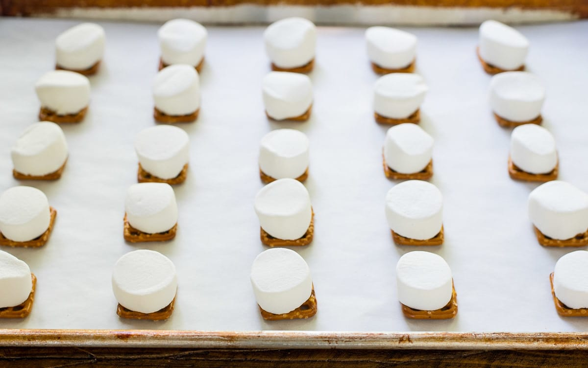 These Pretzel Smores Bites are a MUST for salty-sweet lovers! EASY and fun recipe to make with kids. @wellplated