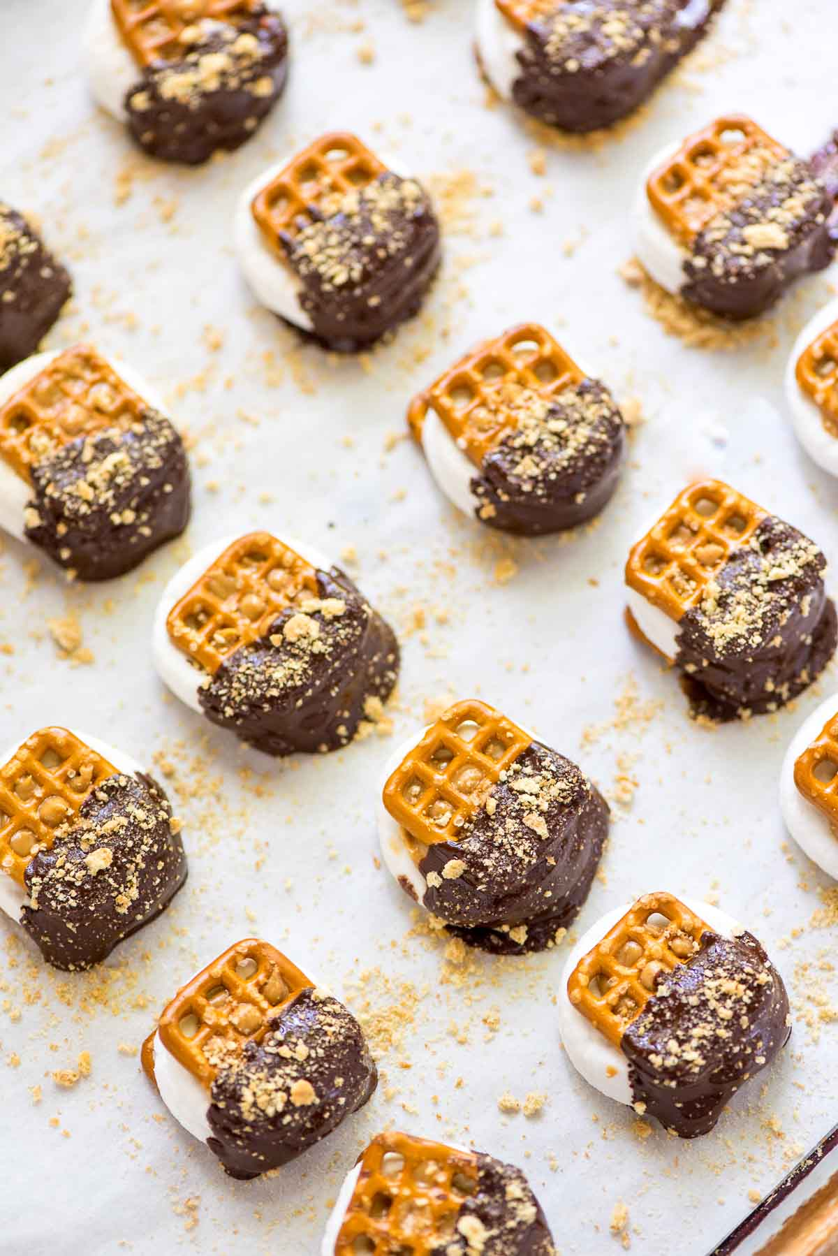 Chocolate Dipped Pretzel SMores Bites— These were SO EASY and so good! Salty, sweet, and perfect for a summer party or to make with kids.