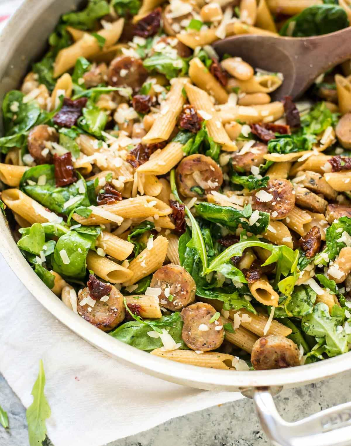 Sun Dried Tomato Pasta with Chicken Sausage, Spinach, and White Beans – EASY recipe that is absolutely delicious! Perfect for busy weeknights. @wellplated