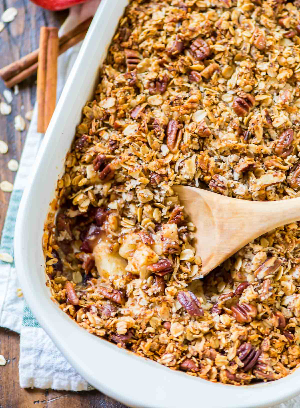 The BEST apple crisp I ever baked! Vegan Apple Crisp with Pecan Oat Topping. EASY, healthy, and gluten free recipe made with coconut oil and maple syrup. @wellplated {clean eating approved}