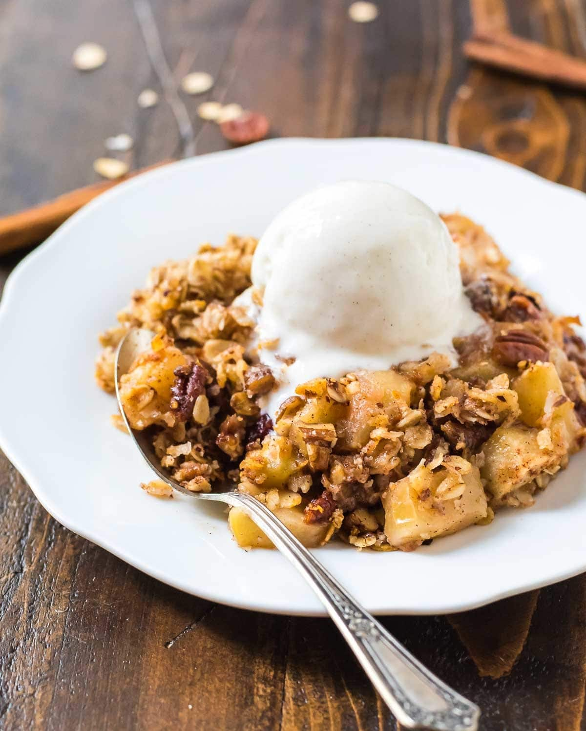 The BEST Vegan Apple Crisp. Easy, healthy recipe with pecans, oatmeal, coconut oil, and maple syrup. Gluten free and clean eating approved! @wellplated