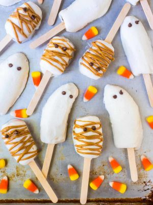 Easy BOO-NANA Banana Popsicle Ghosts and Mummies. SO CUTE! Great healthy Halloween snacks for kids and a fun Halloween activity. wellplated