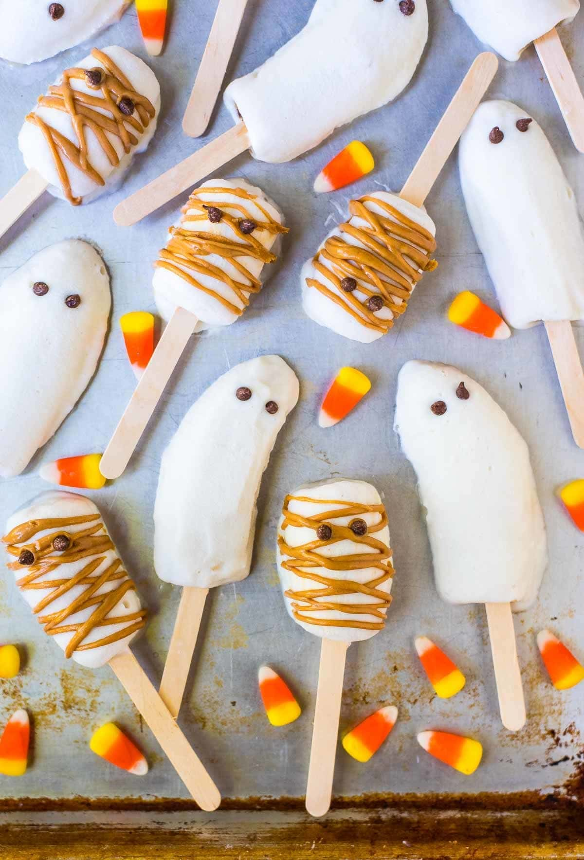 Easy BOO-NANA Banana Popsicle Ghosts and Mummies. SO CUTE! Great healthy Halloween snacks for kids and a fun Halloween activity. @wellplated