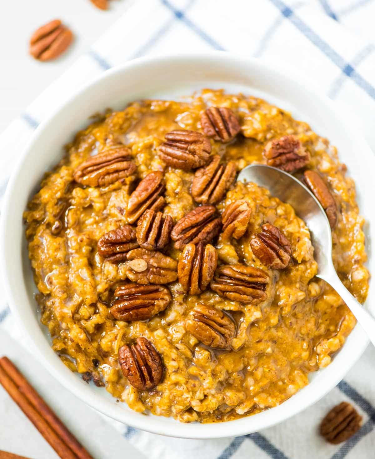 Pumpkin Overnight Steel Cuts. EASY, healthy recipe that's ready to go as soon as you wake up! Made with pumpkin, steel cut oats, and lots of warm spices. @wellplated