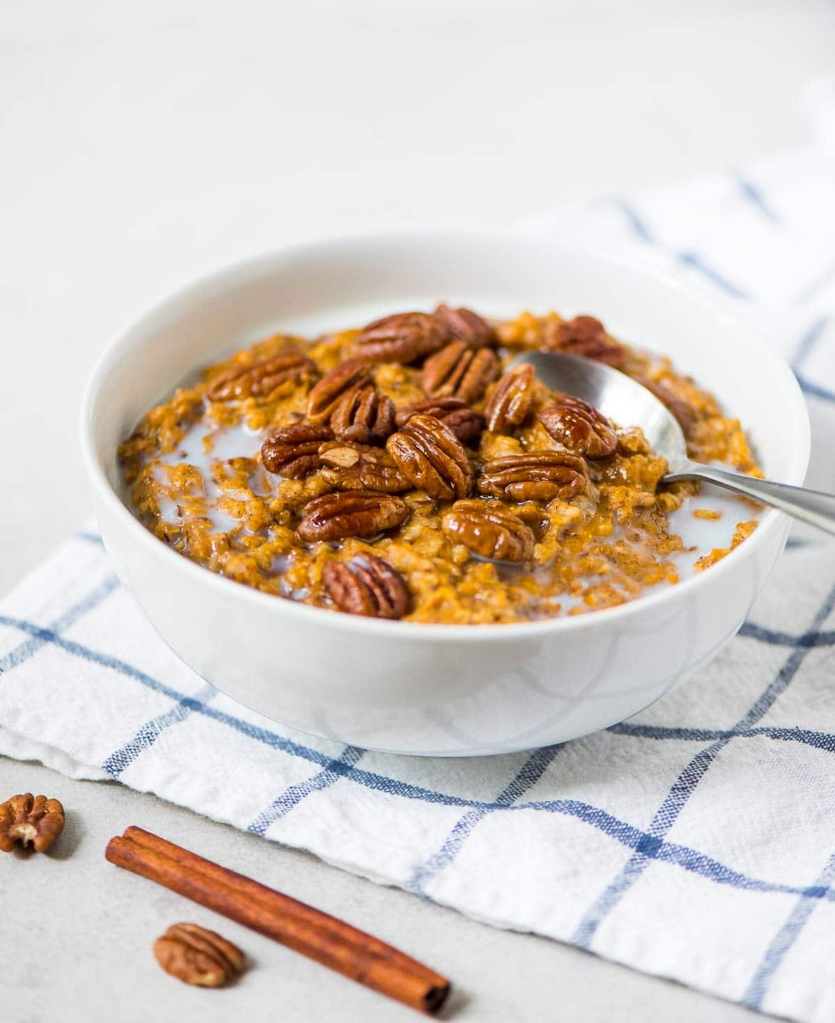 Slow Cooker Pumpkin Overnight Oats. Perfect for make-ahead breakfasts or to feed a holiday crowd. The crock pot does all the work! @wellplated