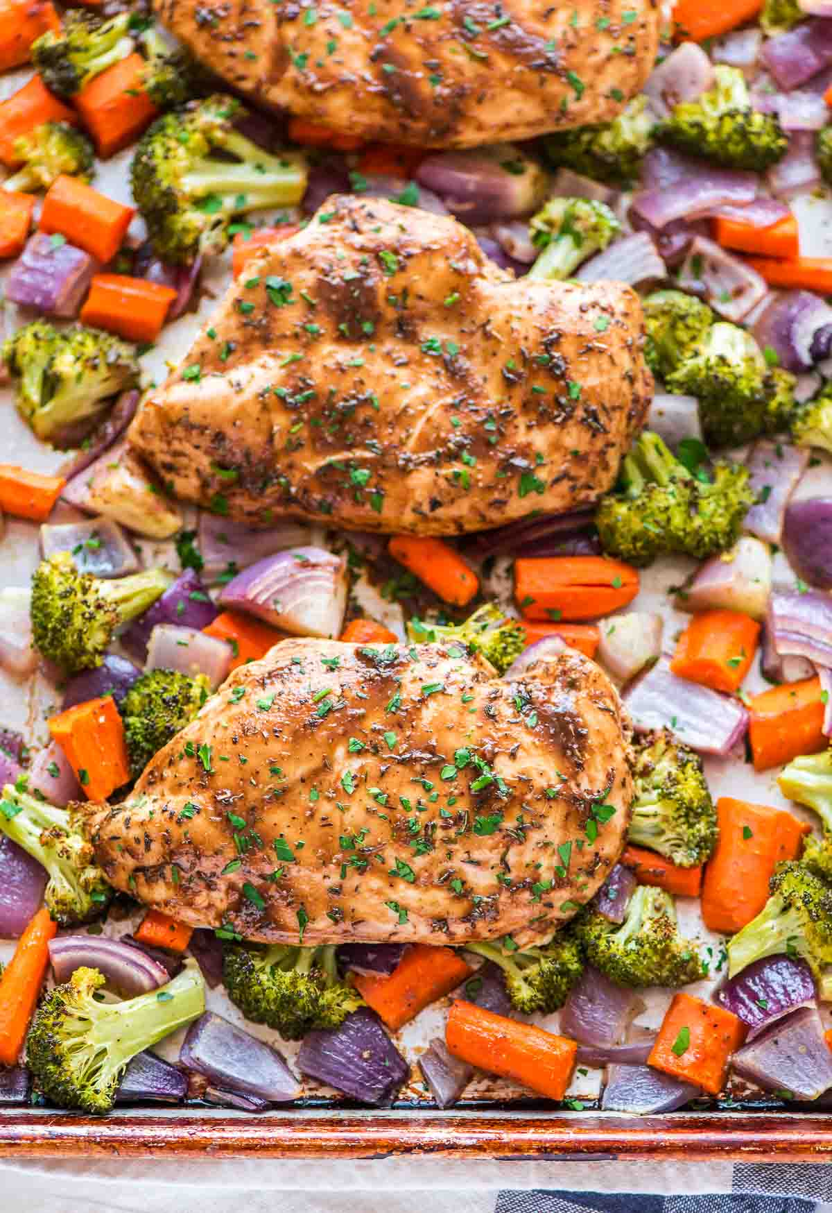 Sheet Pan Maple Dijon Chicken and Vegetables – an easy and healthy dinner recipe that cooks on ONE pan. Juicy, tender, and packed with amazing maple Dijon flavor. You will LOVE this recipe! Recipe at wellplated.com | @wellplated