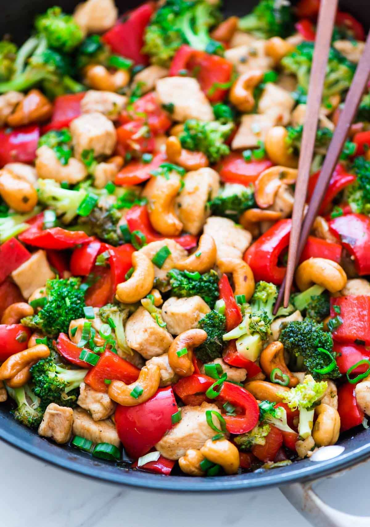 Skinny Honey Thai Cashew Chicken. Ready in 20 minutes! Juicy chicken, crisp veggies, and the best sweet and savory sauce. Easy, healthy recipe perfect for busy weeknights. Recipe at wellplated.com   @wellplated