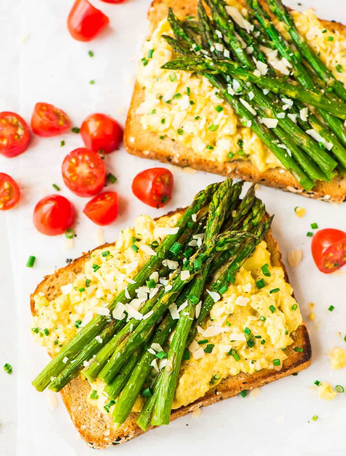 Asparagus Egg Toasts – A quick and easy high protein meal. Perfect for a healthy, high protein breakfast or dinner. Recipe at wellplated.com | @wellplated