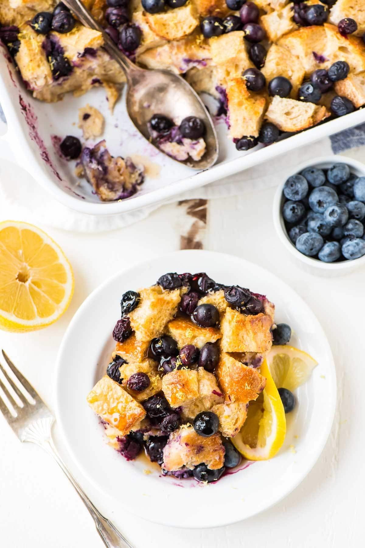 Cazuela de tostadas francesas con arándanos y limón