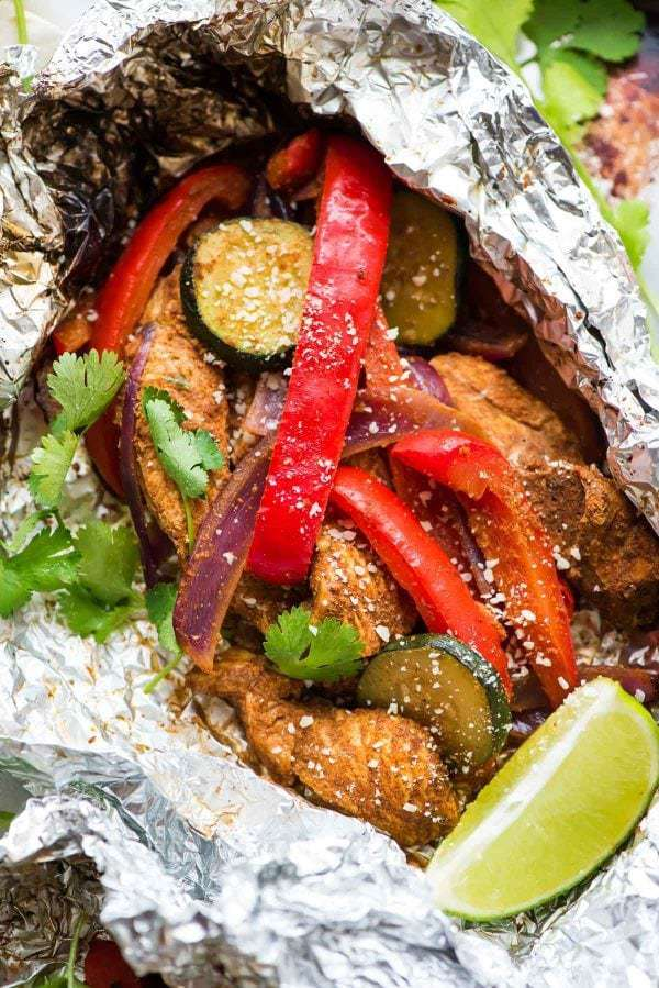 EASY Grilled Chicken Fajitas in Foil Packets. Better than a restaurant! Perfect for fast, healthy summer dinners. No special spice packet required. This is a simple recipe you can whip up any night of the week! Add peppers, onions, zucchini, or any of your favorite vegetables {low carb, gluten free} Recipe at wellplated.com | @wellplated