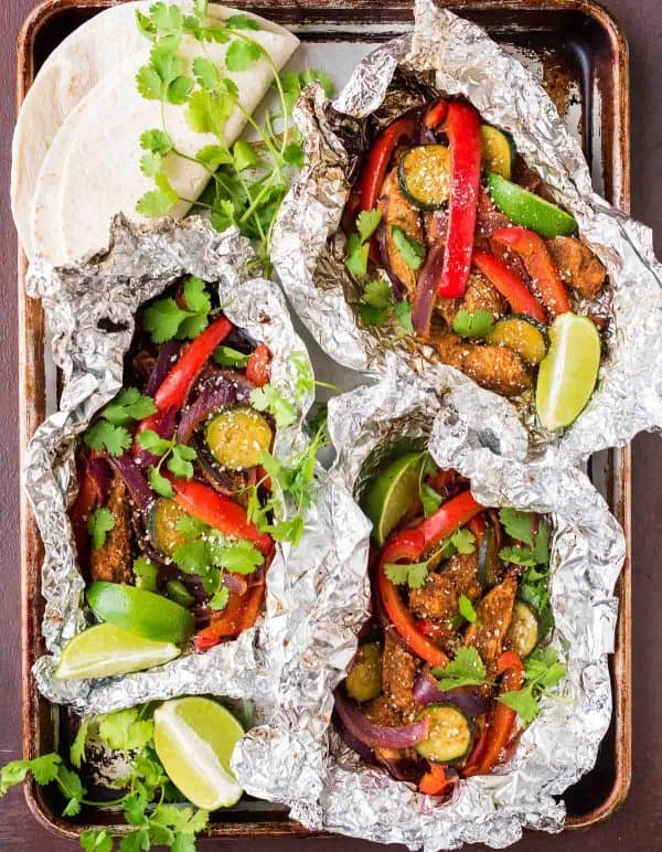 Homemade Grilled Chicken Fajitas in Foil Packets. EASY, even for beginners! Loaded with juicy chicken, sizzling vegetables, and the perfect simple spice blend. Recipe at wellplated.com | @wellplated