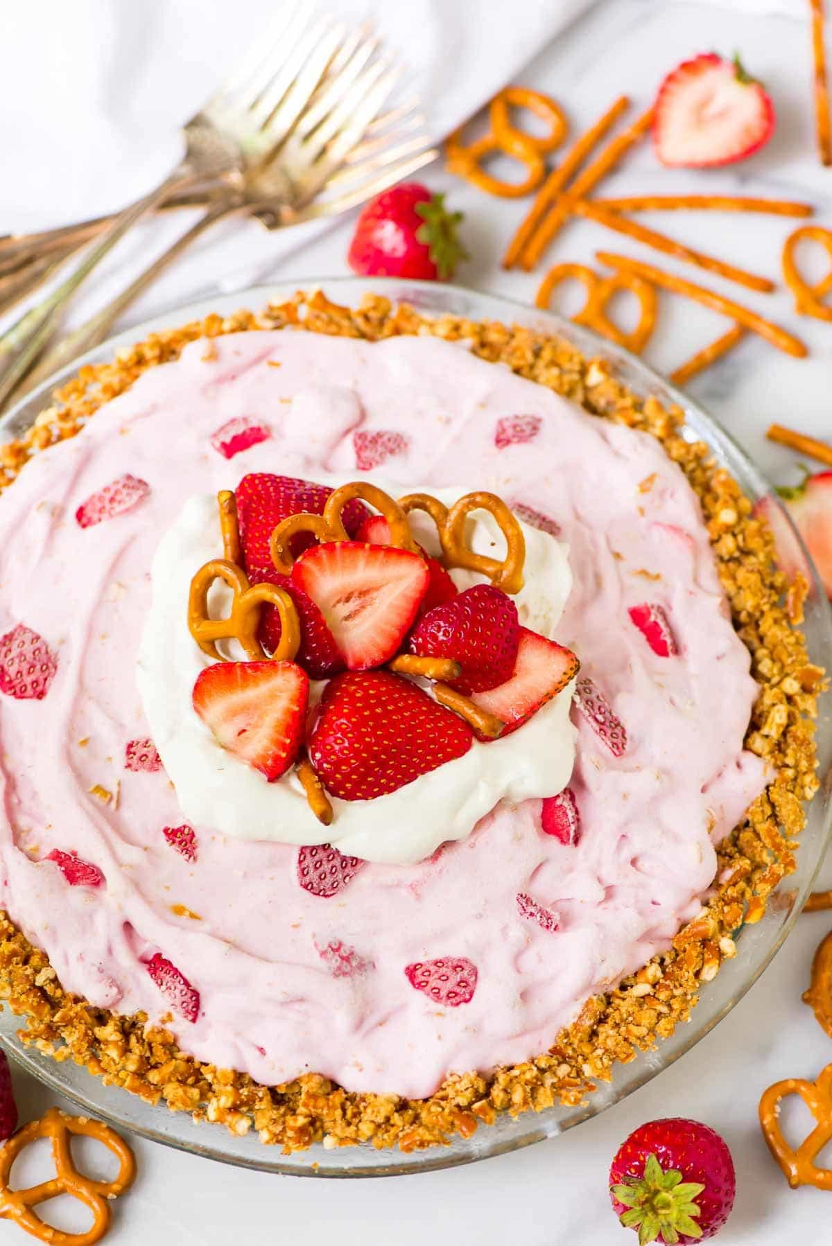 FIVE INGREDIENT Strawberry Ice Cream Pie with buttery pretzel crust. If you like strawberry pretzel salad, you will FLIP for this simple frozen summer dessert. Recipe at wellplated.com | @wellplated