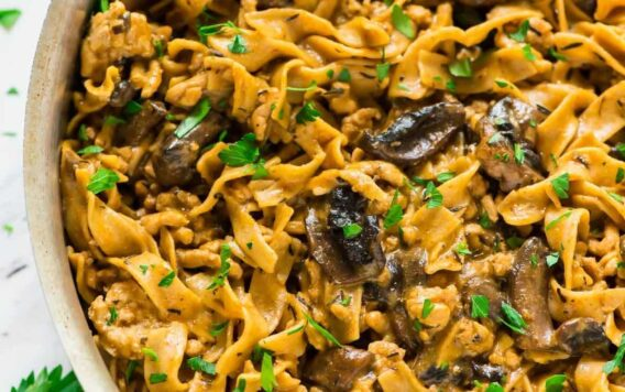 ONE POT Healthy Chicken Stroganoff. Quick, easy, and delicious! Recipe at wellplated.com | @wellplated