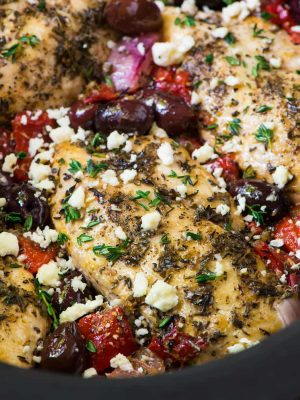Healthy Slow Cooker Greek Chicken with roasted red peppers, olives, and feta. Easy and a family favorite dinner! Recipe at wellplated.com