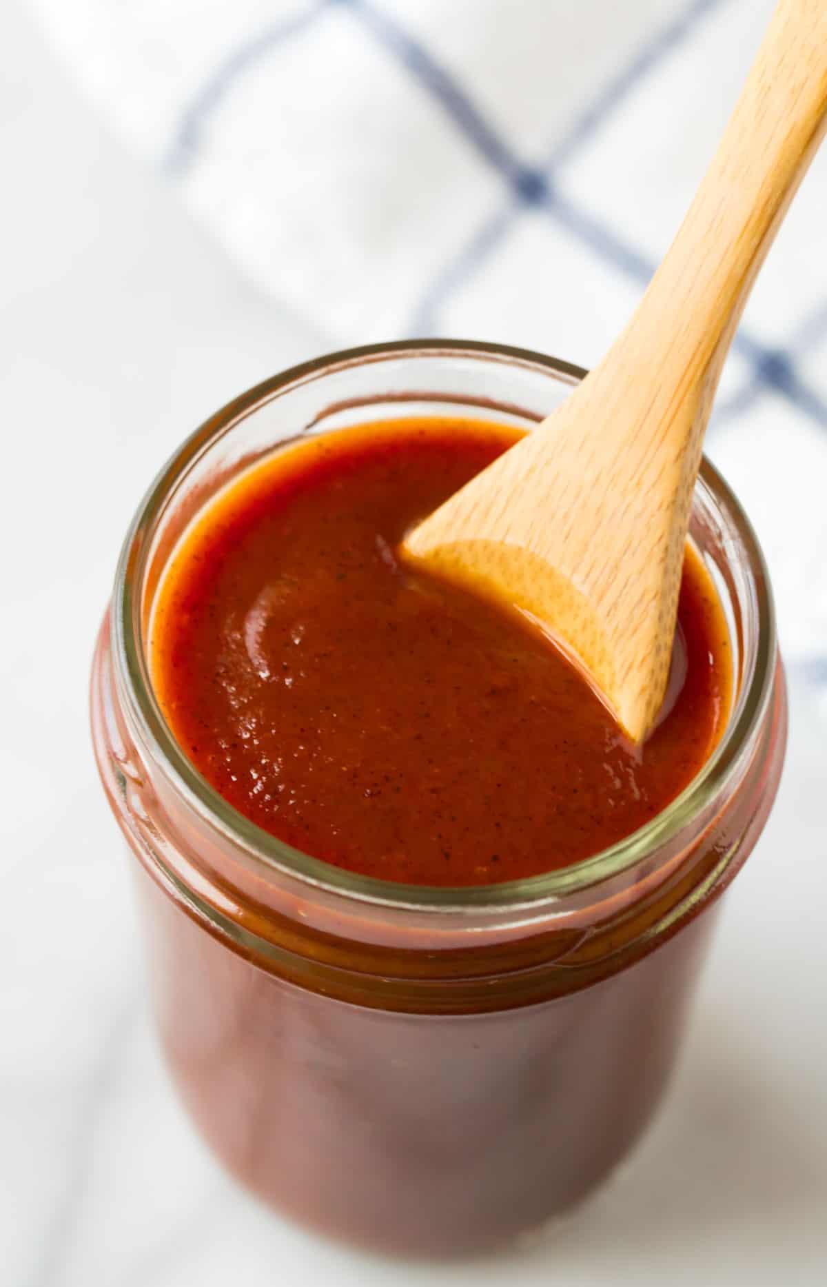 Receta clásica de salsa de enchilada en un frasco