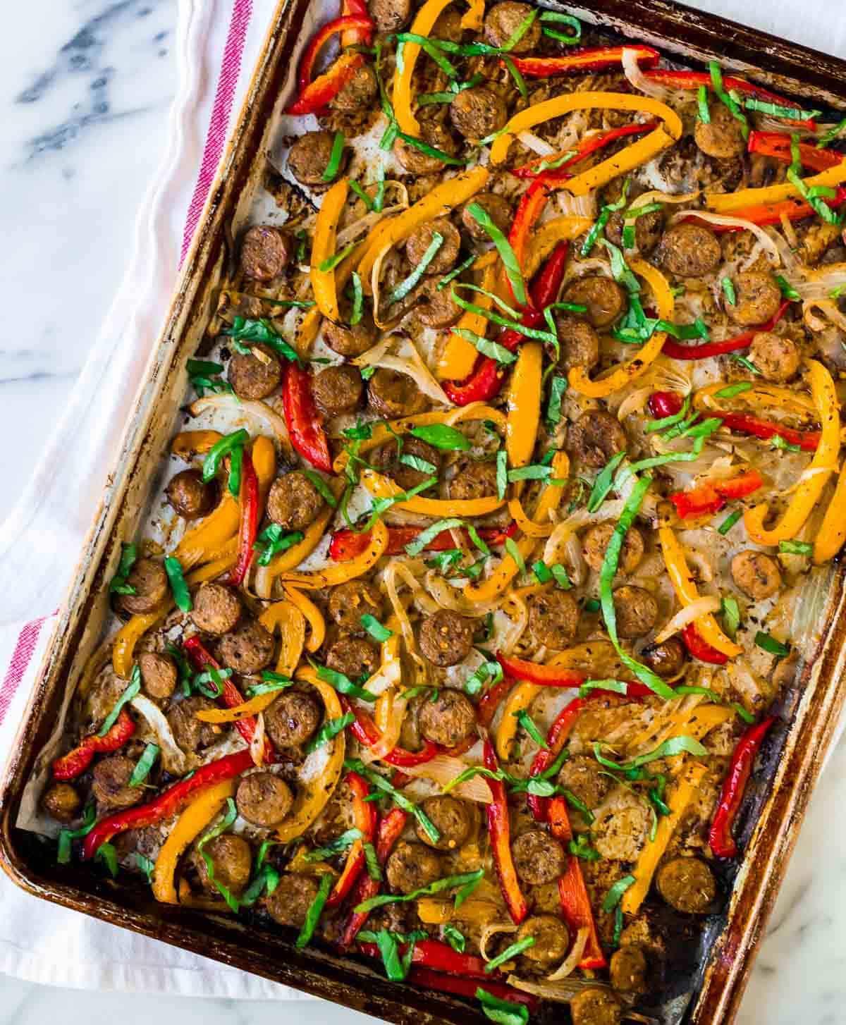 Salchicha italiana y pimientos en un plato.  Jugosa salchicha italiana dulce o salchicha italiana picante, pimientos y cebollas, ¡cocinados en una sartén!