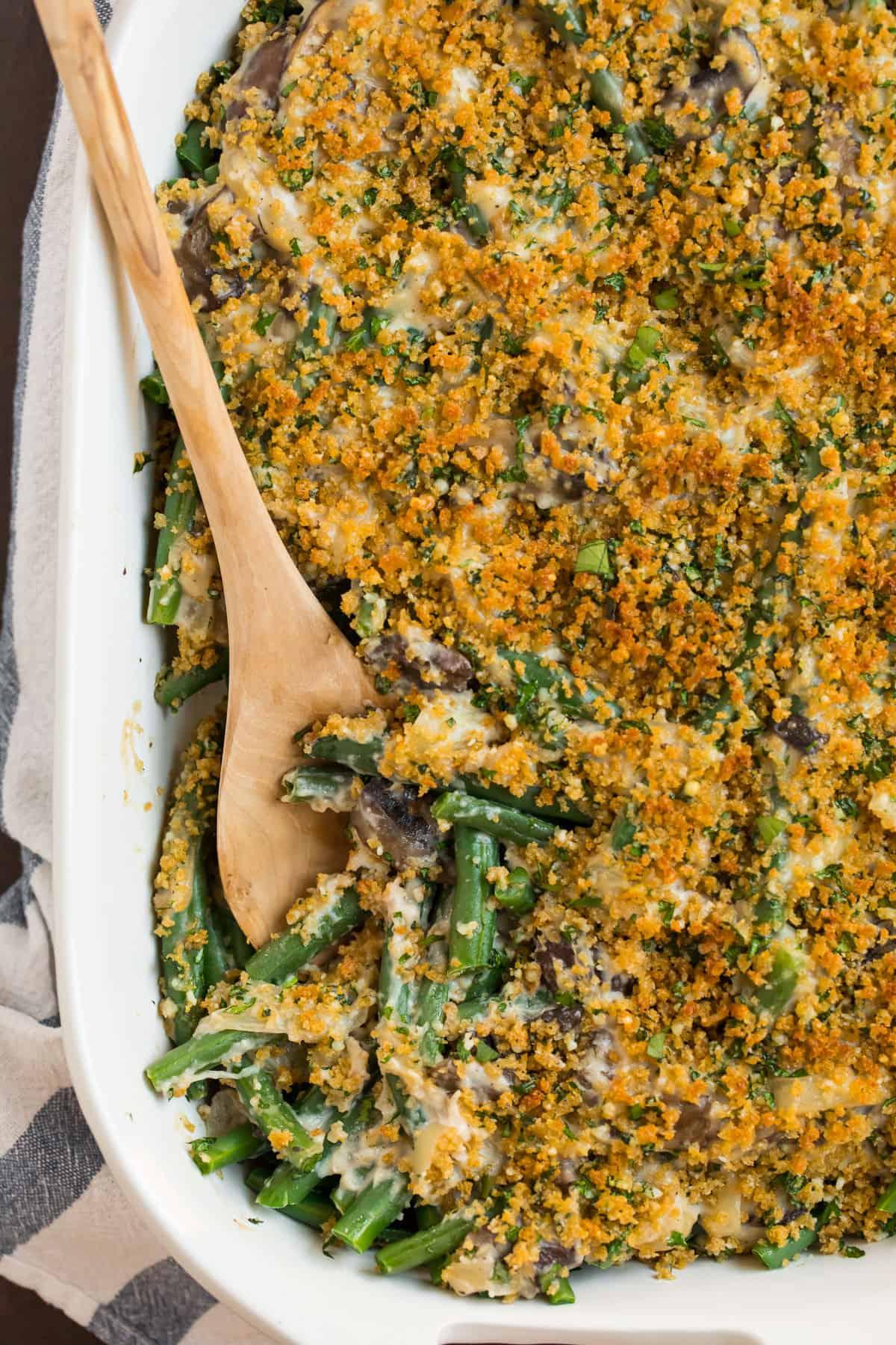 Cazuela de judías verdes saludables con queso y pan rallado en una fuente para hornear