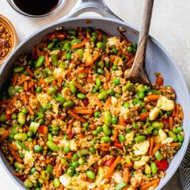 El mejor arroz frito casero del mundo en sartén con verduras y huevos