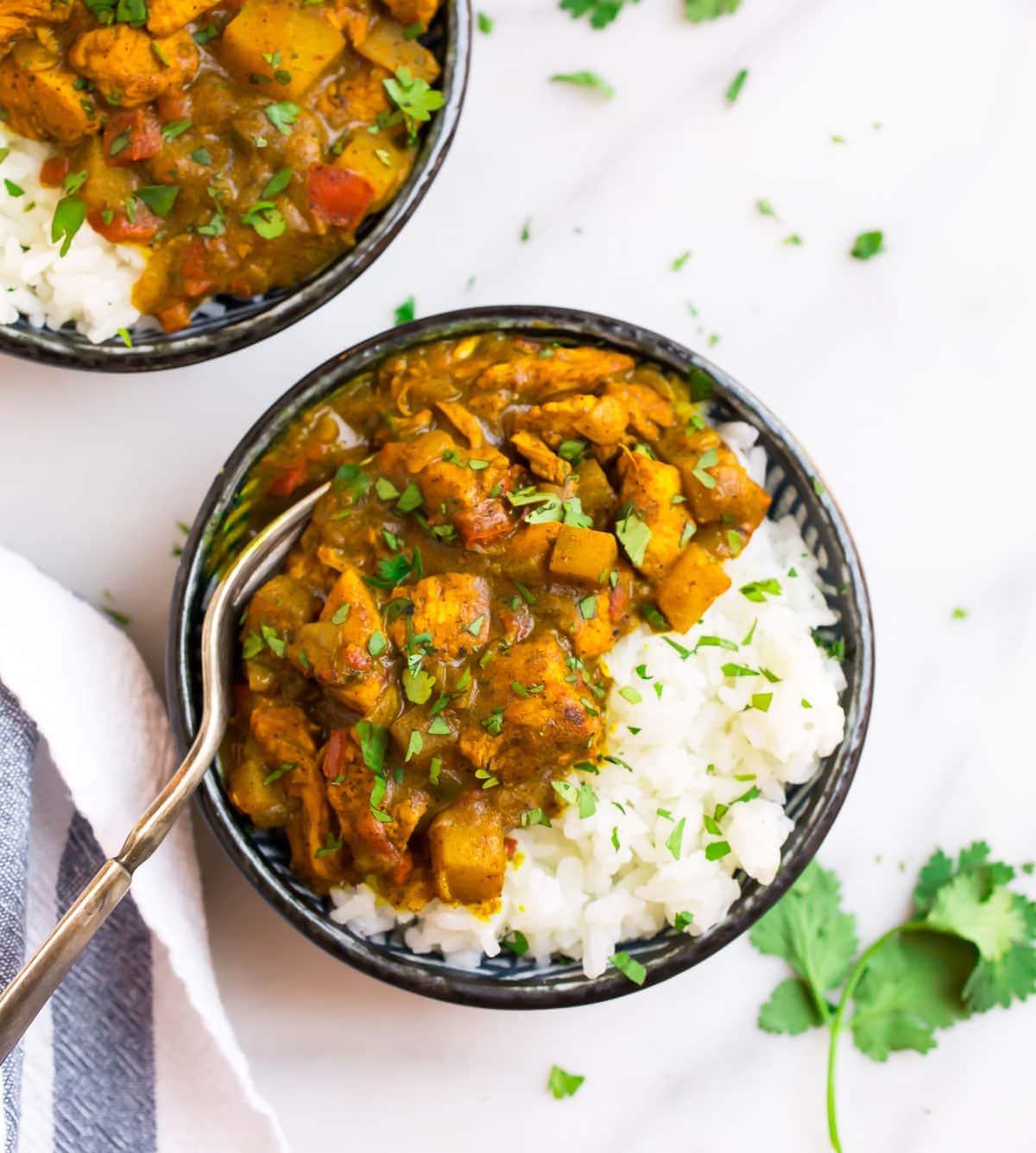 Pollo al curry jamaicano con arroz en un tazón