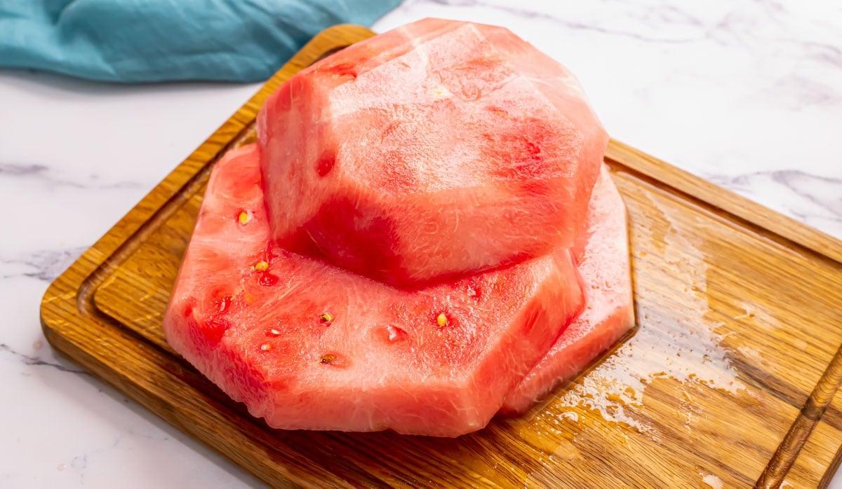 Une pastèque dont la croûte est enlevée et coupée en trois