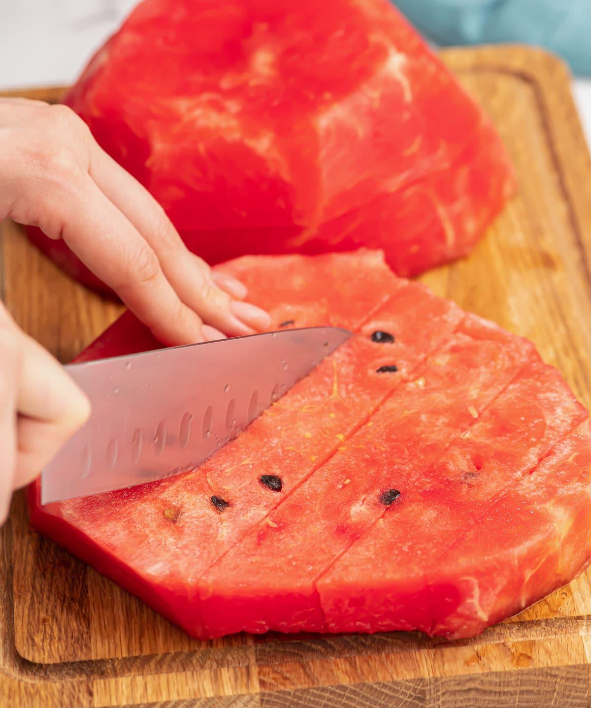 Pastèque coupée avec un couteau