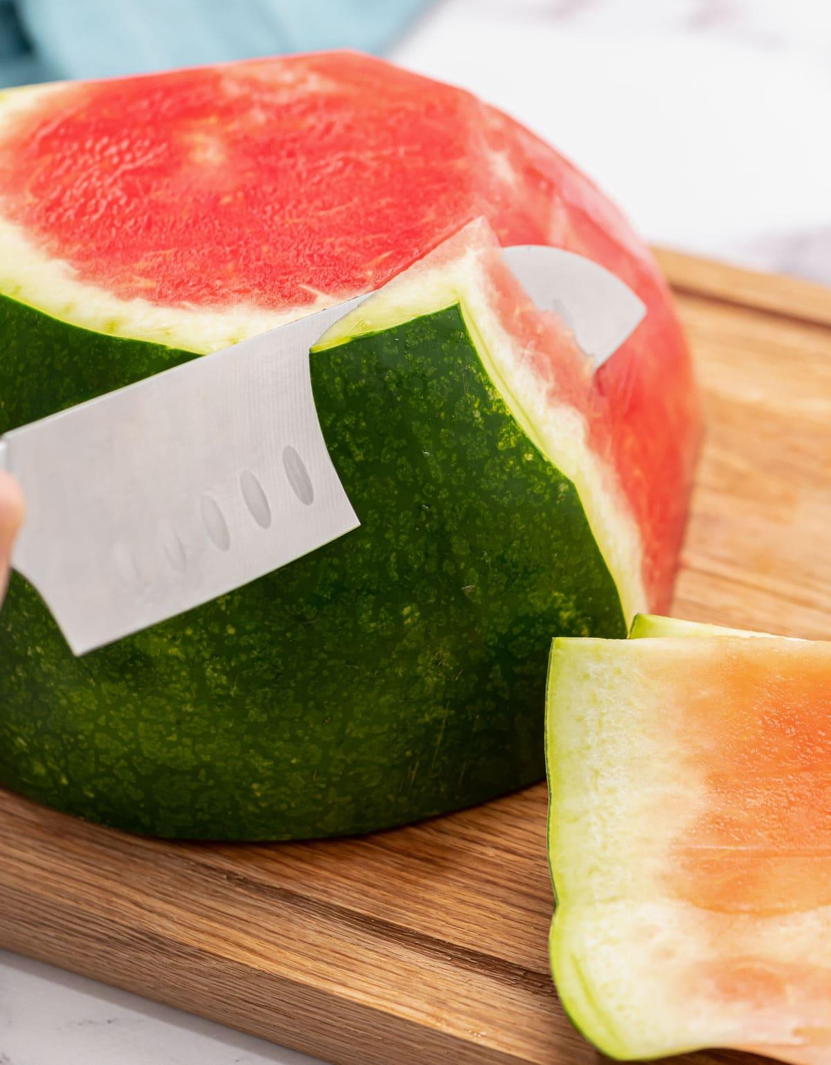 Une pastèque tranchée avec un couteau