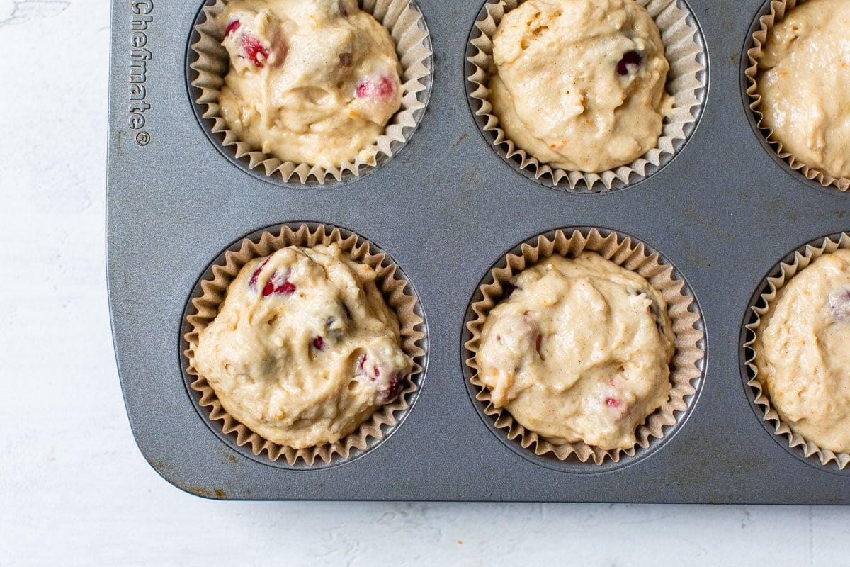 Masa para muffins en un molde para muffins