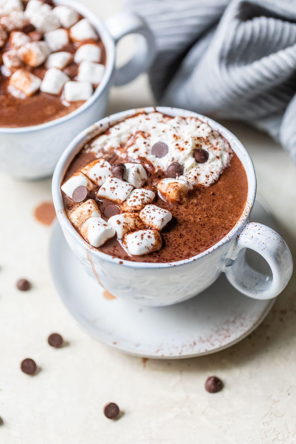 Una taza de chocolate caliente a fuego lento con malvaviscos