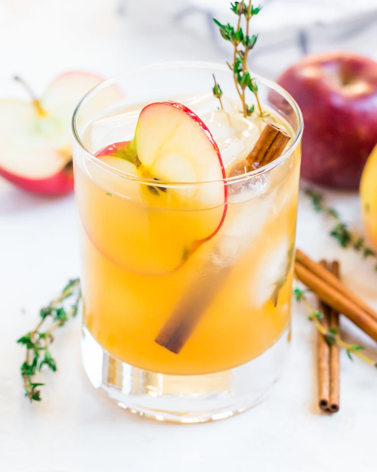 Un vaso de cóctel de sidra de manzana con una rodaja de manzana