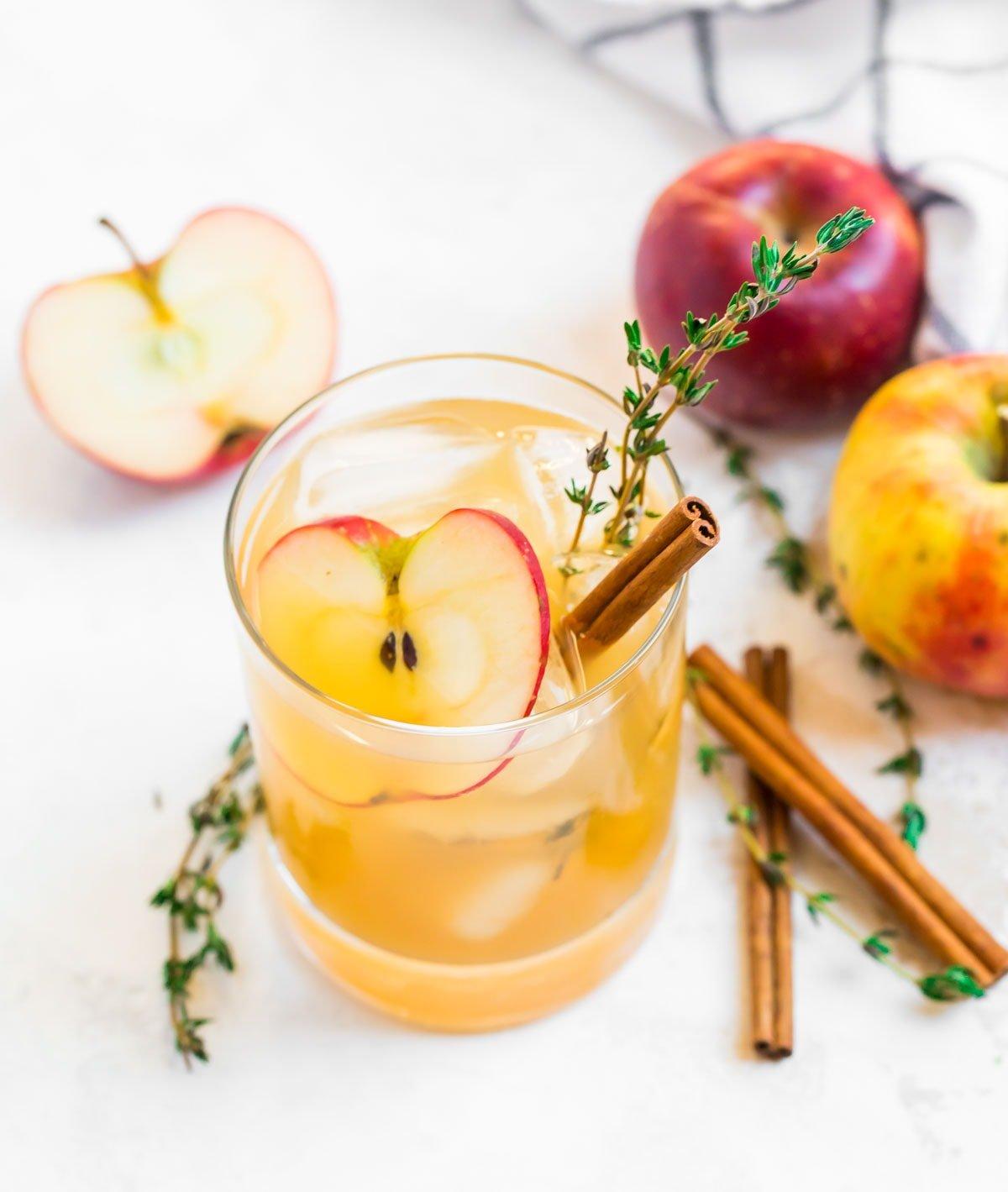 Cóctel de sidra de manzana con ramas de canela