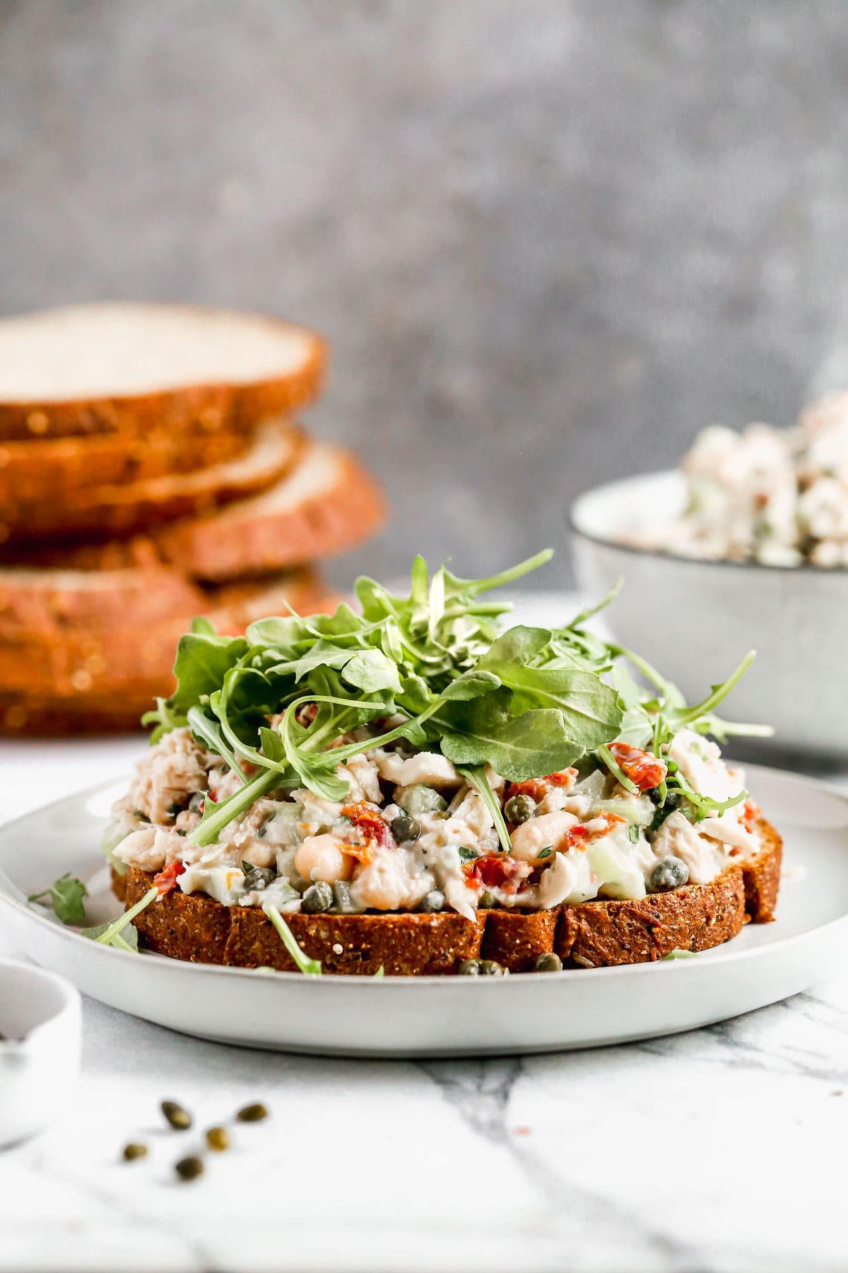 Un plato con un sándwich de atún italiano