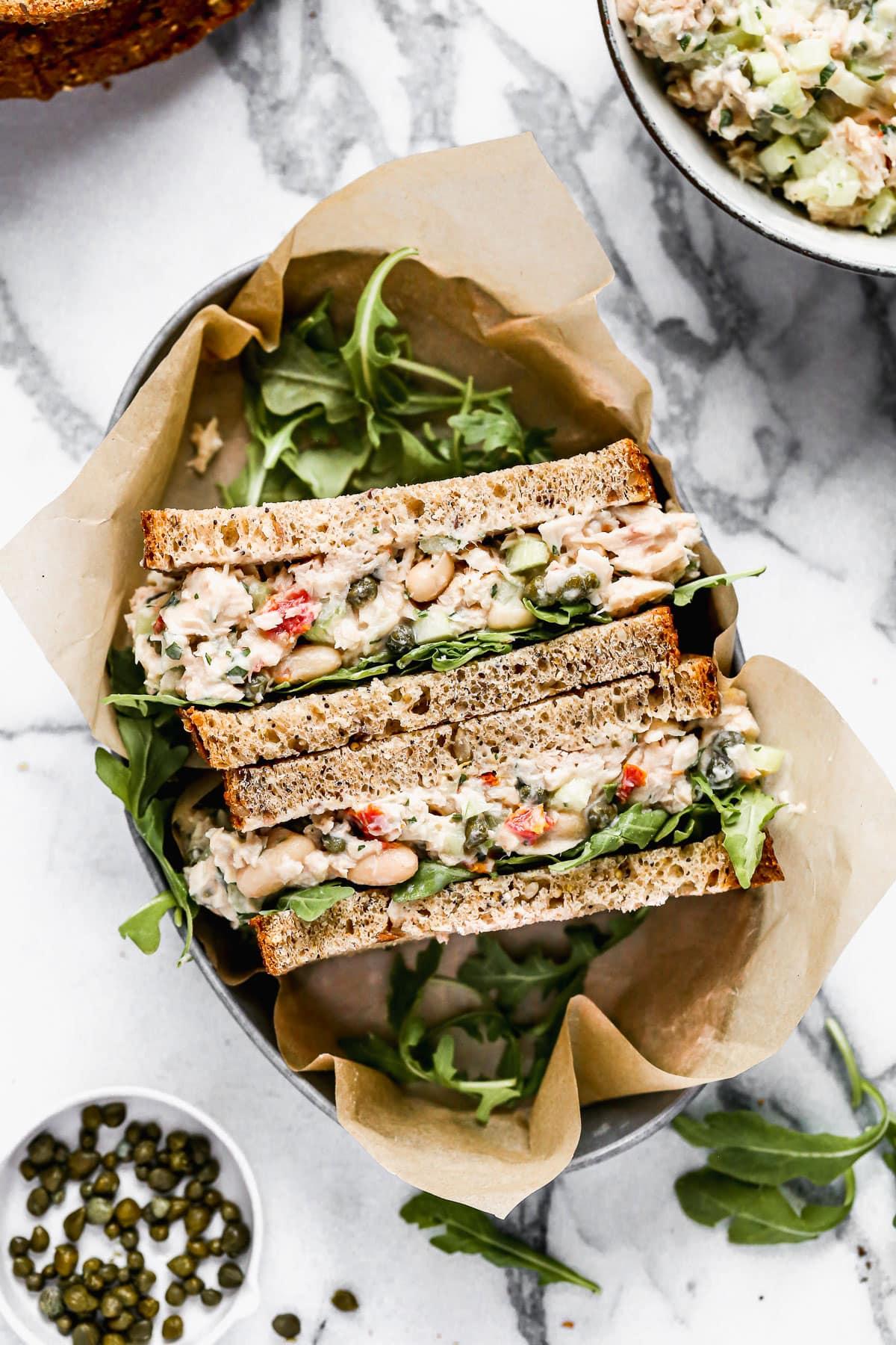 Un saludable sándwich de atún italiano con rúcula