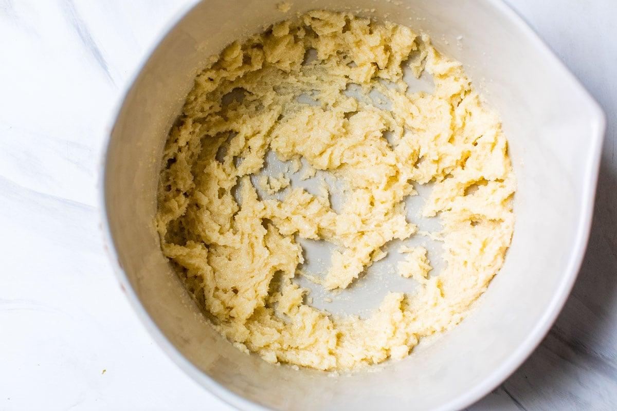 crema de mantequilla y azúcar en un bol