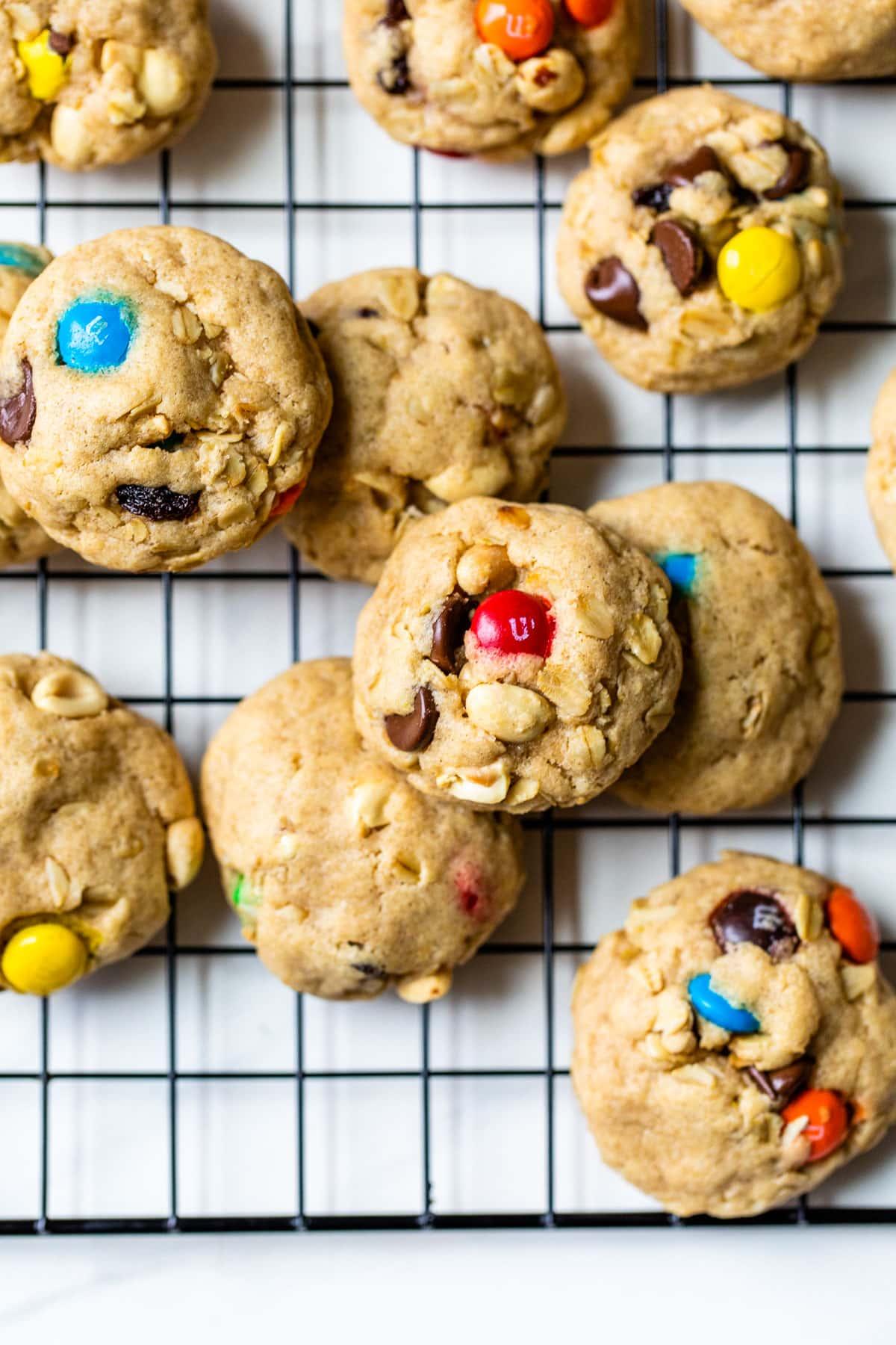 Una pila de galletas con maní y chocolate.