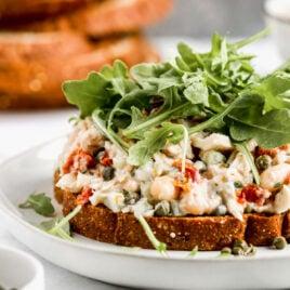 Sándwich de atún italiano abierto