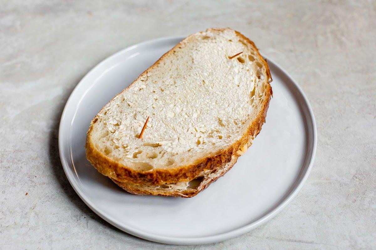 Dos rebanadas de pan con palillos