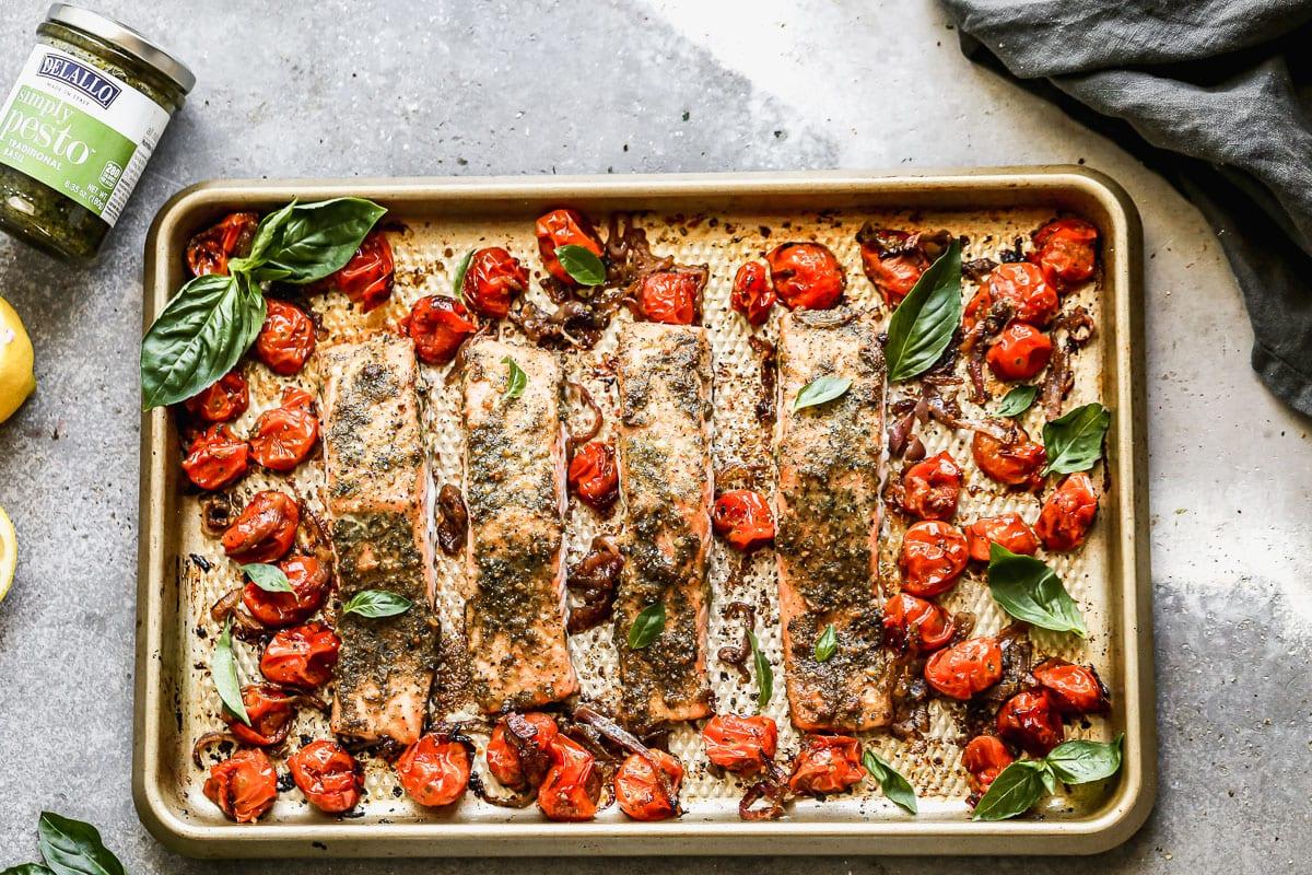 Filetes de salmón con pesto en una bandeja para hornear