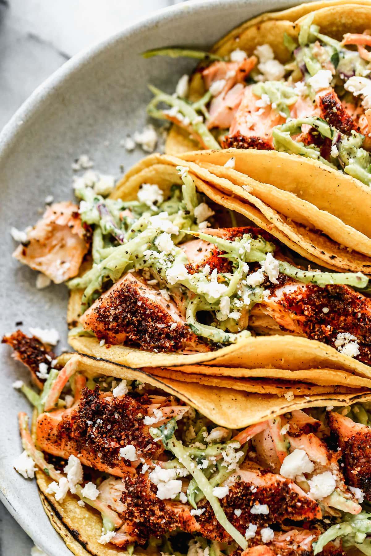 Tacos de salmón fáciles con ensalada de aguacate