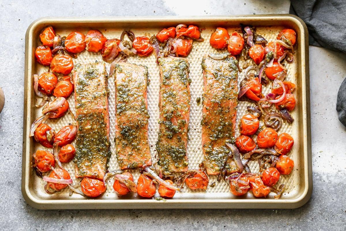 Cuatro filetes de salmón con pesto y tomates
