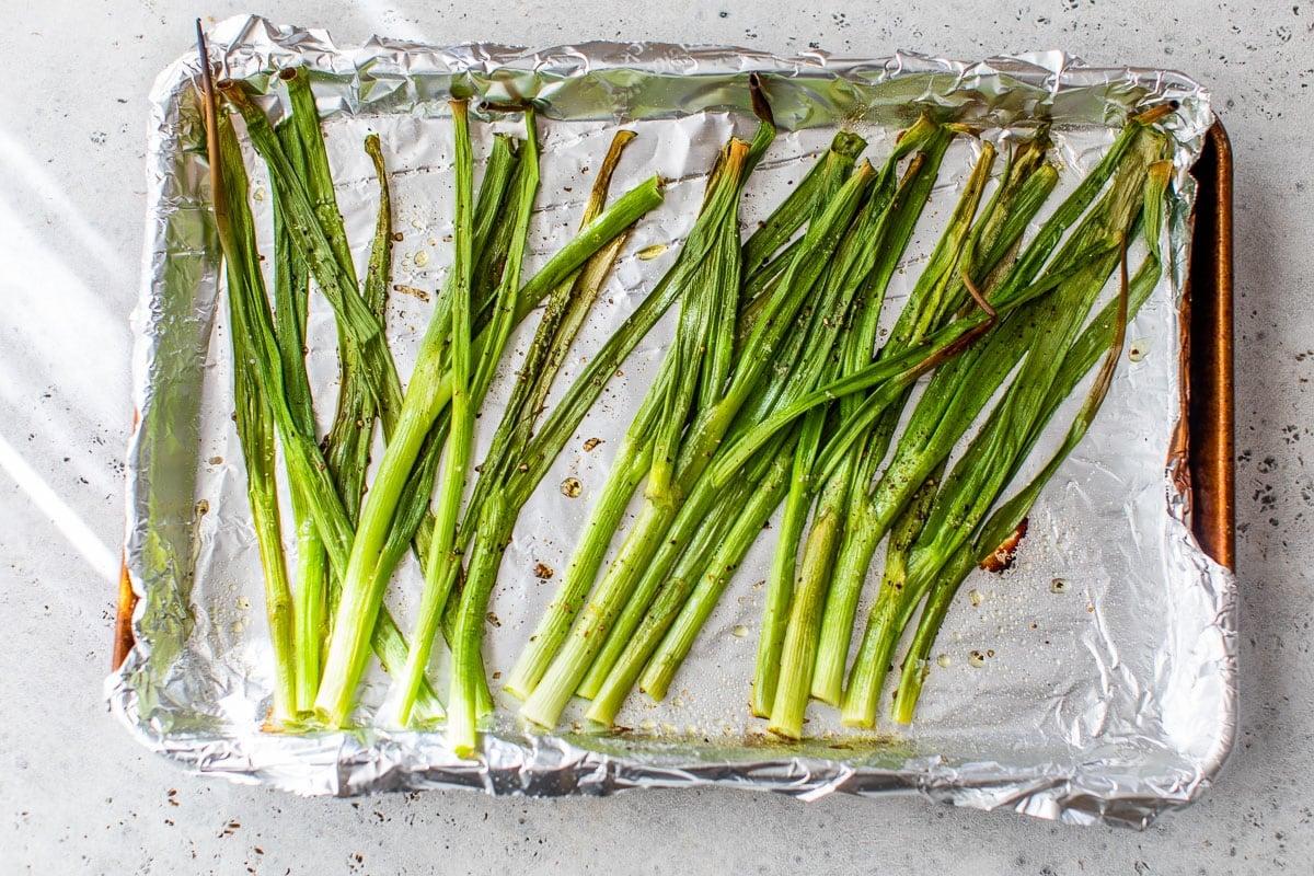 Cebollas verdes en una bandeja para hornear