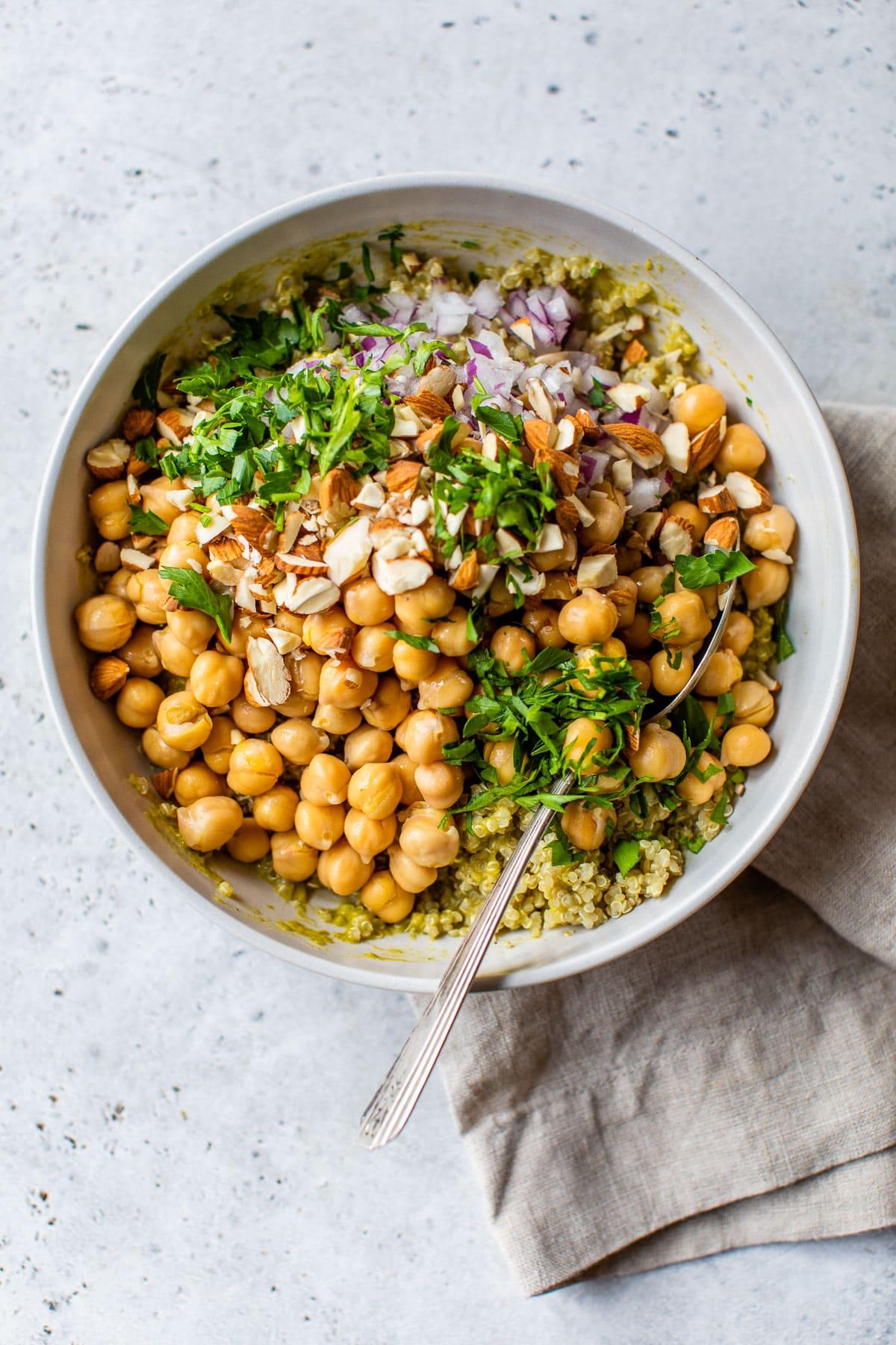 Ensalada de garbanzos con quinoa en un bol