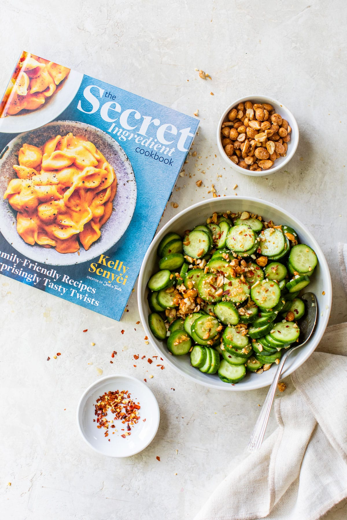 Libro de cocina con ensalada de pepino asiático crujiente